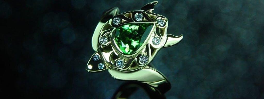 Pierścionek z żółwikiem i kamieniami w zielonym złocie