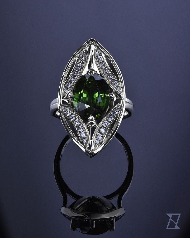 Zielony turmalin z diamentami w pierścionku retro z zielonego złota.