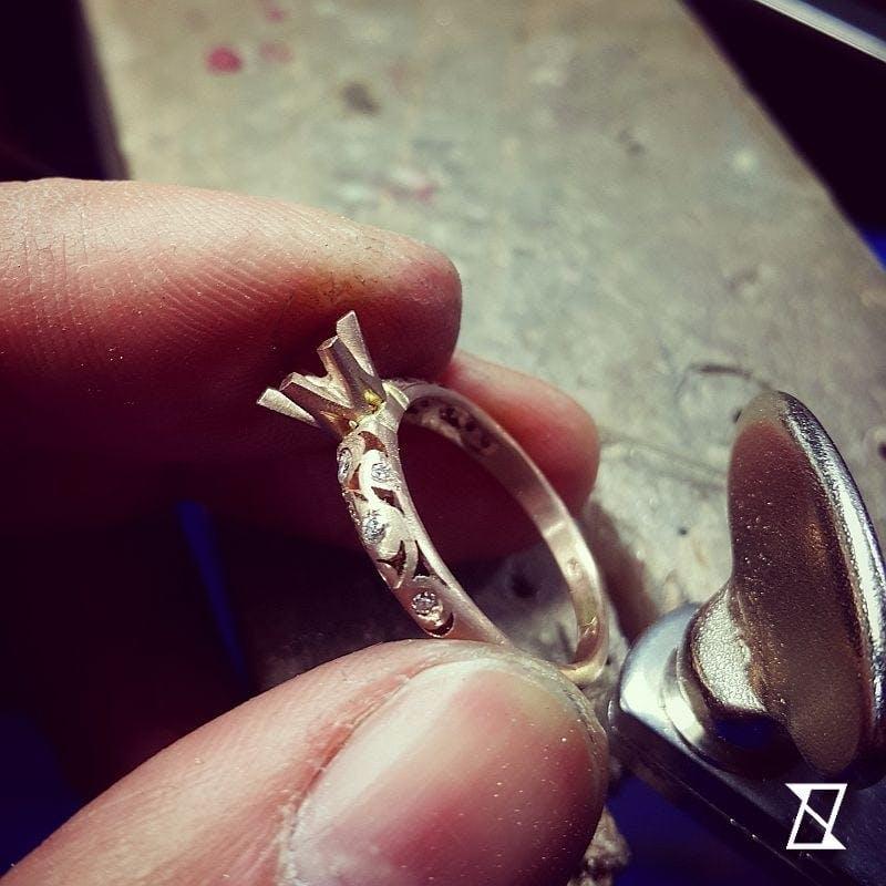 Praca z brzeszczotem przy realizacji pierścionka.