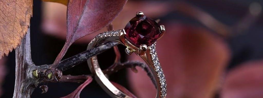 Pierścionek z czerwonym spinelem i diamentami.