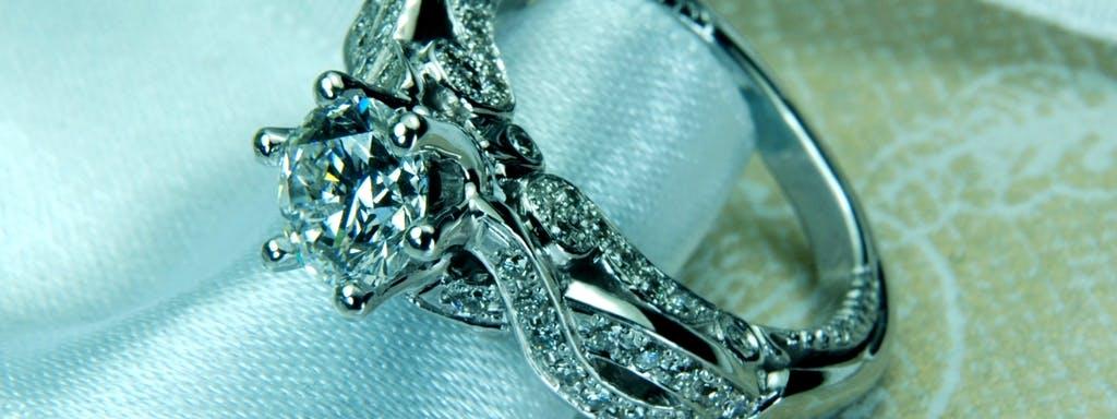 Barokowy pierścionek z doskonałym diamentem