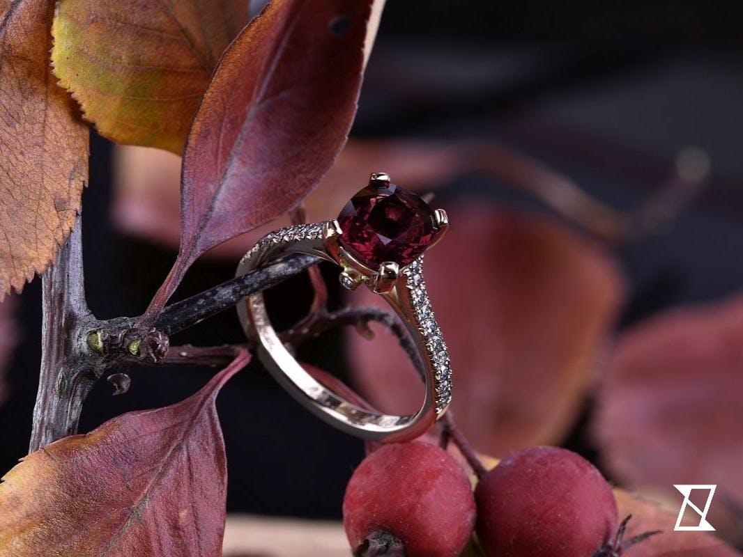 Pierścionek z rubinem i diamentami w różowym złocie.