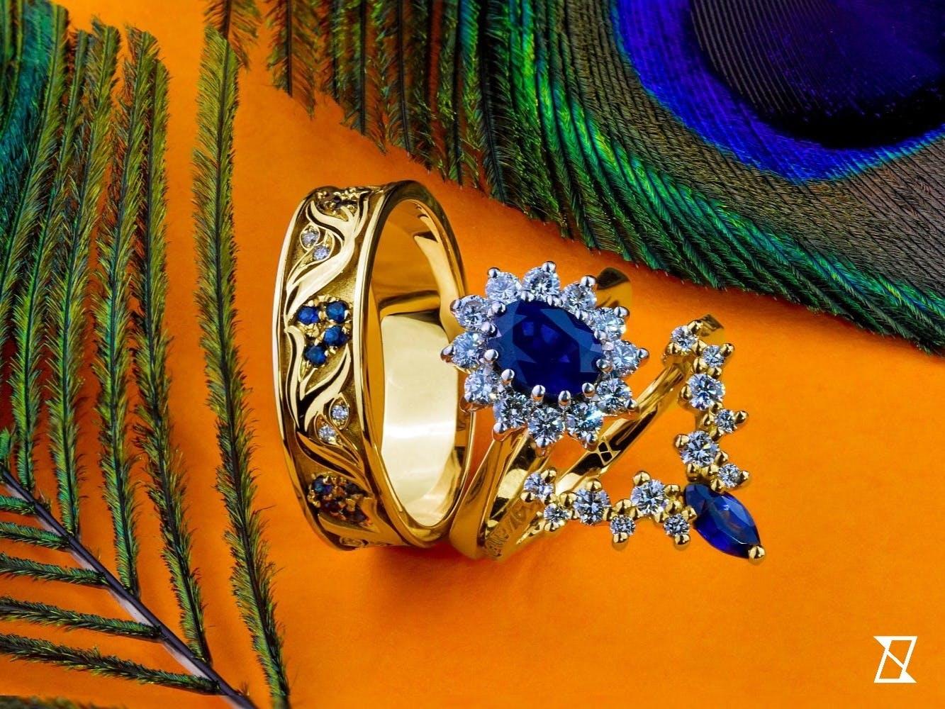 Komplet obrączek wraz z pierścionkiem zaręczynowym tworzą idealny komplet.