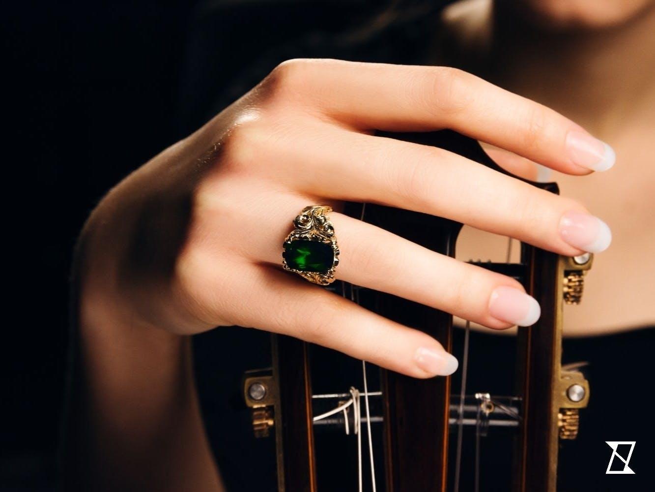 Pierścionek na dłoni modelki.