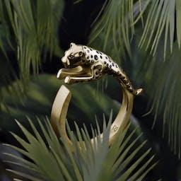 Pierścień z motywem skaczącego jaguara.
