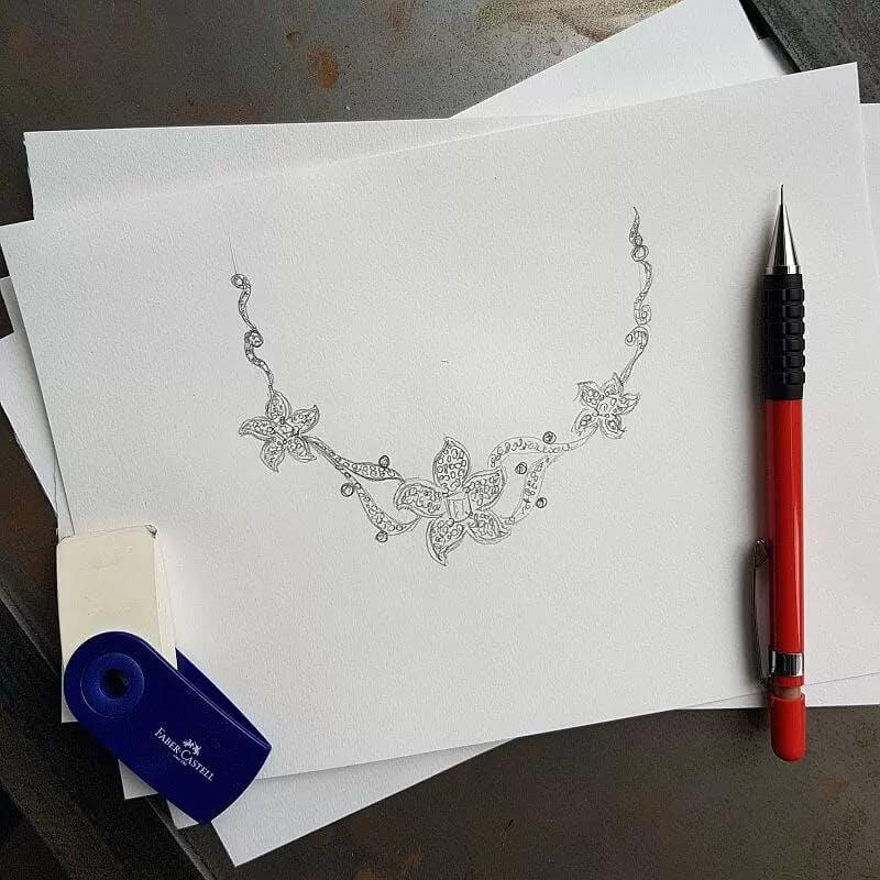 Projekt kwiatowego naszyjnika wysadzanego diamentami.