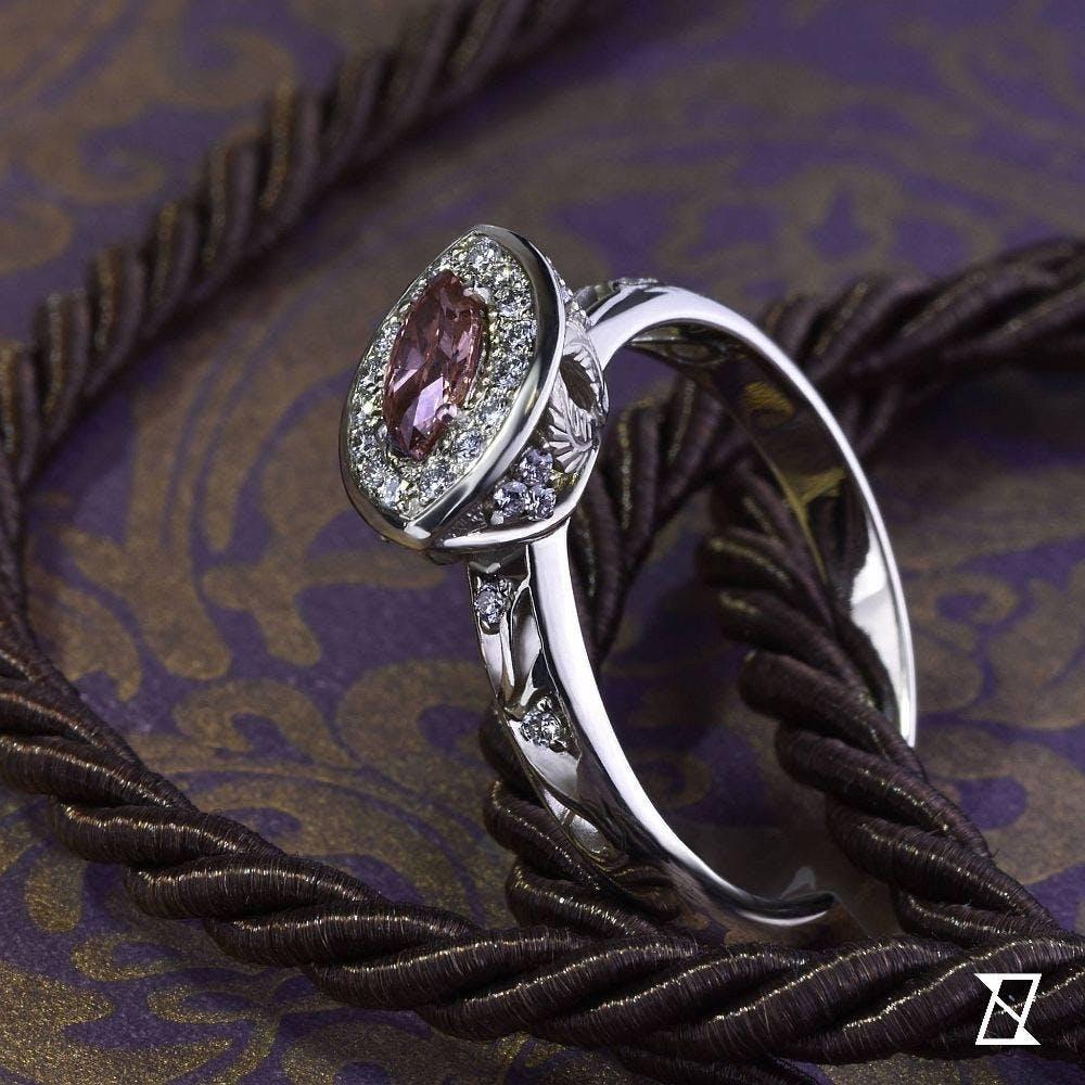 Pierścionek z różowym diamentem w białym złocie.