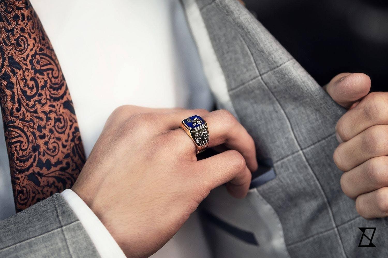 Sygnet z lapis lazuri na dłoni businessmana.